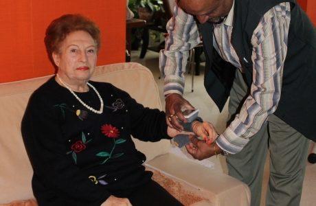 Simone 91 ans avec Maurice qui lui prend sa tension