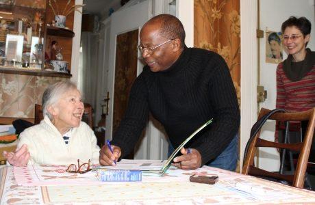 Gilbert explique à Jacqueline 87 ans son ordonnance